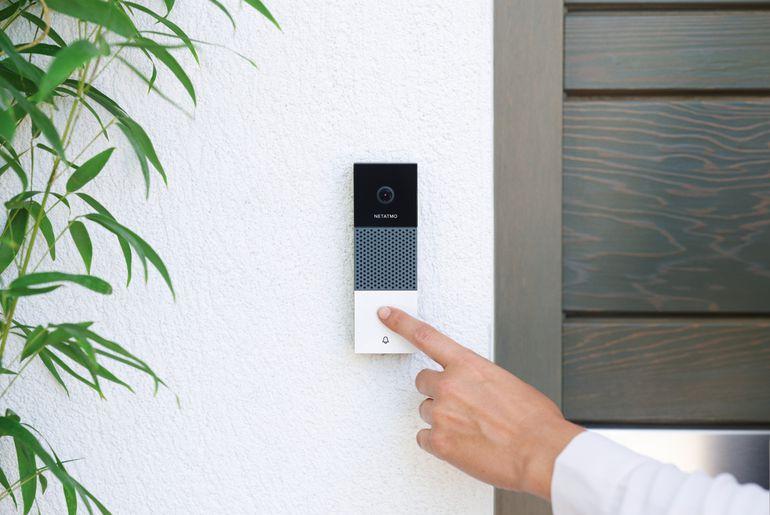 Netatmo présente sa sonnette connectée qui peut surveiller le voisinage ou vous mettre en contact avec les visiteurs de la maison