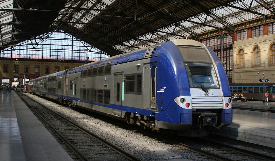 Train express régional en gare