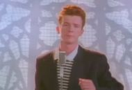 Le chanteur Rick Astley dans le clip de la chanson Never Gonna Give You Up