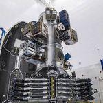 Les 143 satellites disposés à l'intérieur de la coiffe du lanceur Falcon 9.