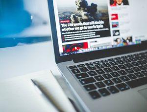 Un ordinateur ouvert sur la page d'accueil d'un site d'information parlant de la guerre.