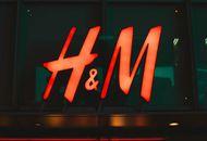 Le logo de H&M sur la devanture d'un magasin.