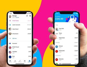 "Deux smartphones affichant les interfaces de l'application ""Revolut Junior"" sur un fond coloré rose, bleu et jaune."