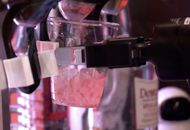 Un robot prend les commandes d'un bar.