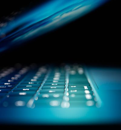 ordinateur bleu et noir