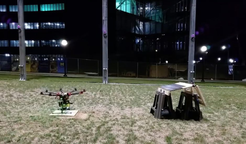 Un drone est équipé d'un pistolet à clous.