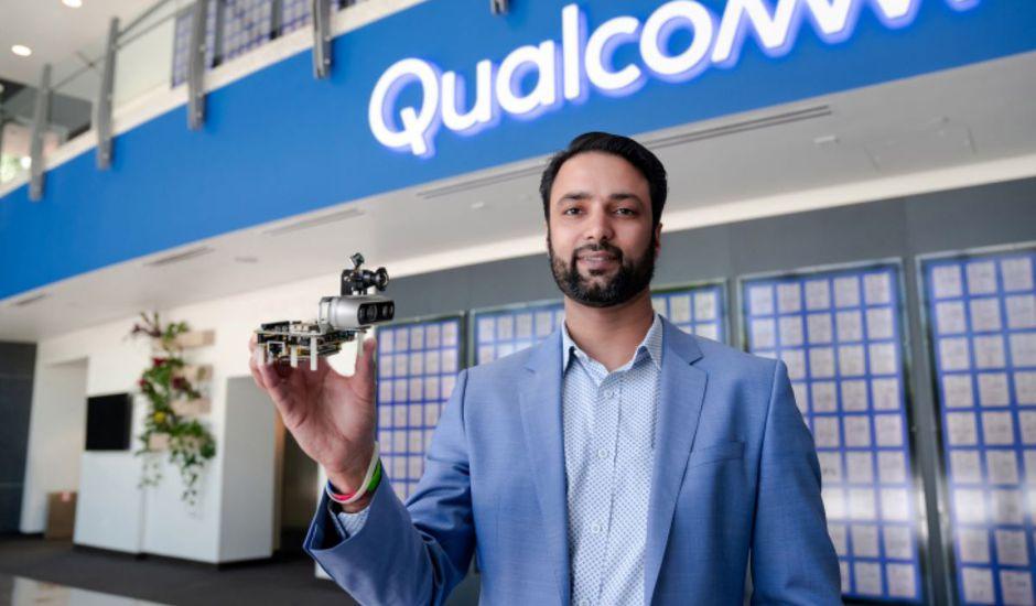 Dev Singh de Qualcomm tient dans la main RB5