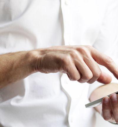 Un homme utilise un smartphone.