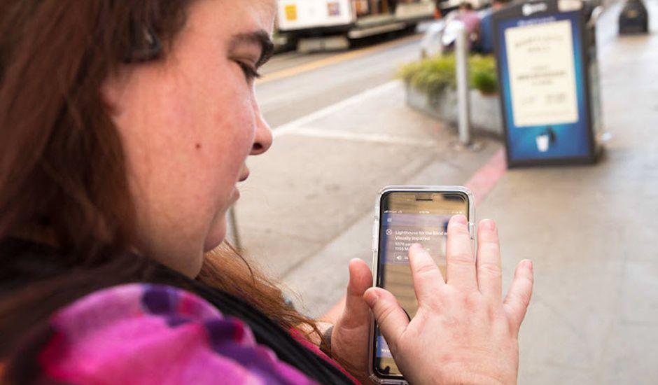 Microsoft Soundscape - une femme utilisant l'application