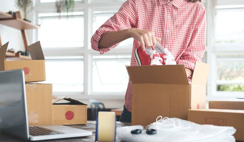 Une femme emballant un produit vendu sur internet