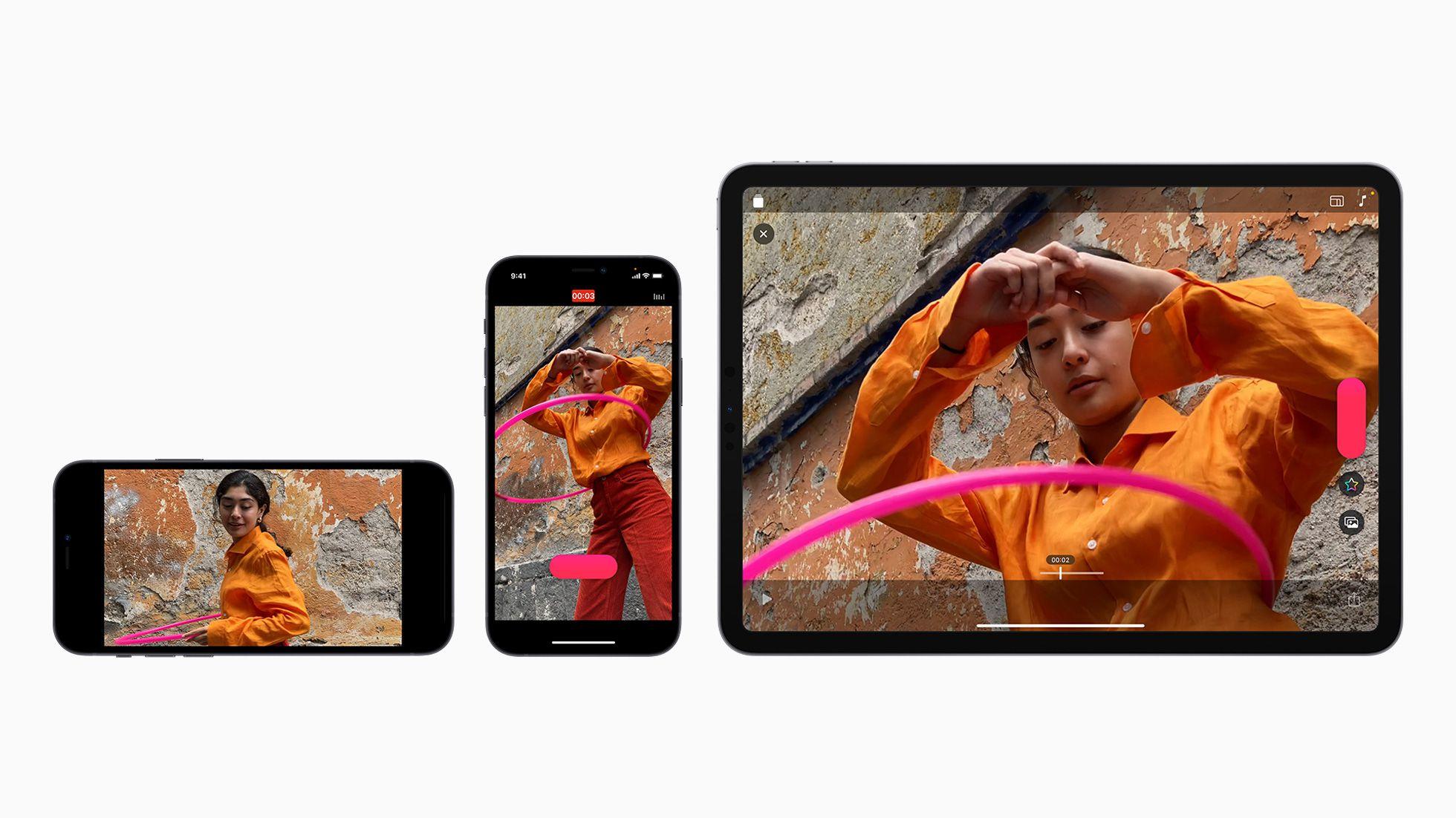 Un iPhone à l'horizontal, un à la verticale et un iPad à la vertical ouverts sur l'application Clips d'Apple.
