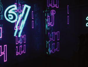 Des écritures en néon de couleur violette et bleu clair
