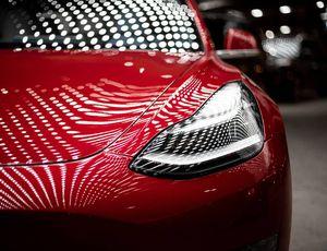 L'avant d'une voiture Tesla capturé en gros plan.