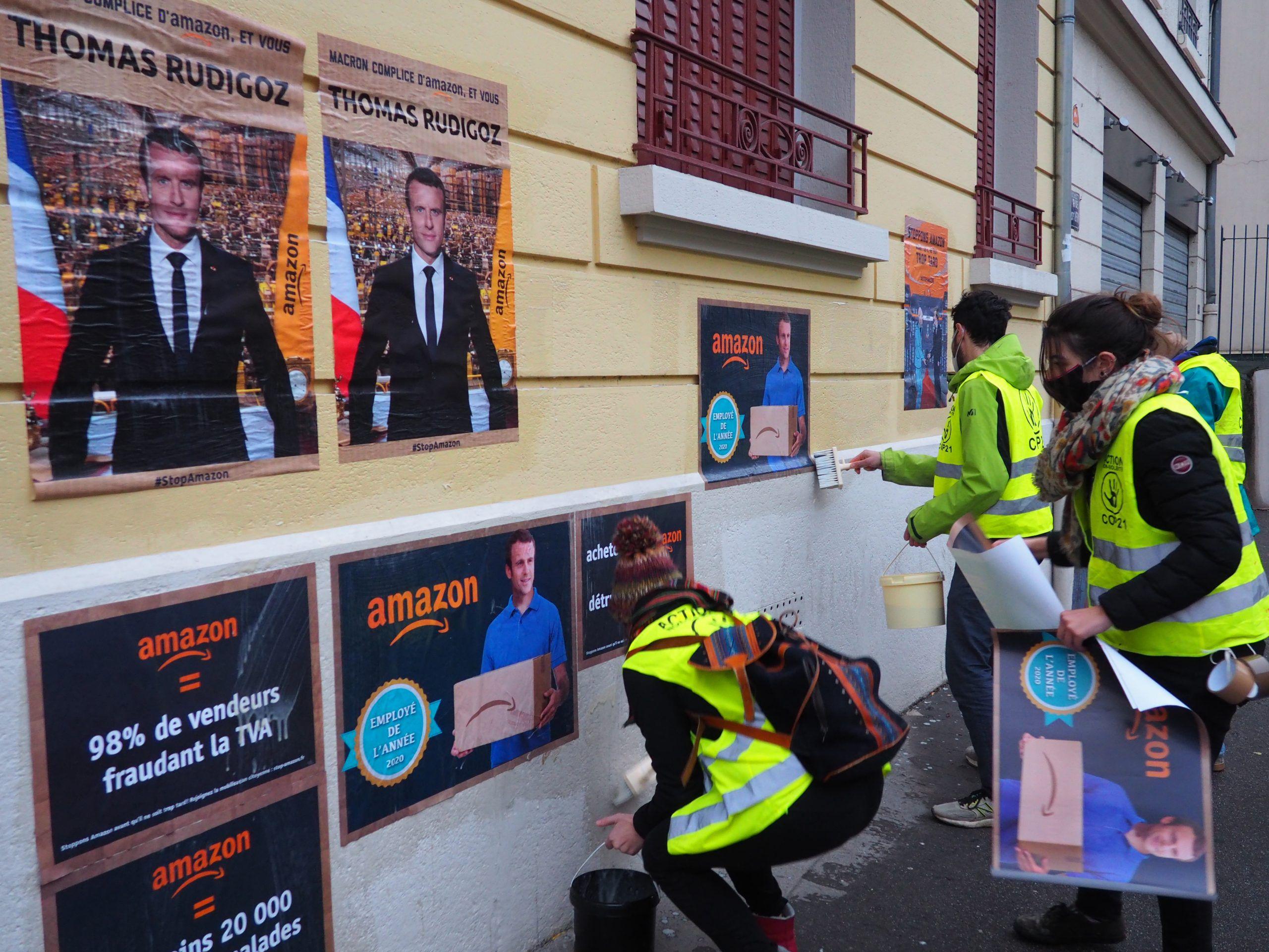 Des militants d'Alternatiba ANV Rhône, Extinction rebellion, et youth for climate collent des affiches sur la permanence du député Thomas Rudigoz
