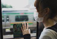 Une femme avec un masque chirurgical dans les transports en commun.