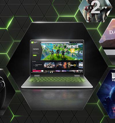 Un ordinateur portable avec GeForce NOW sur l'écran et des pochettes de jeux à côté.