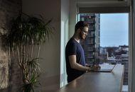 une personne regardant son ordinateur