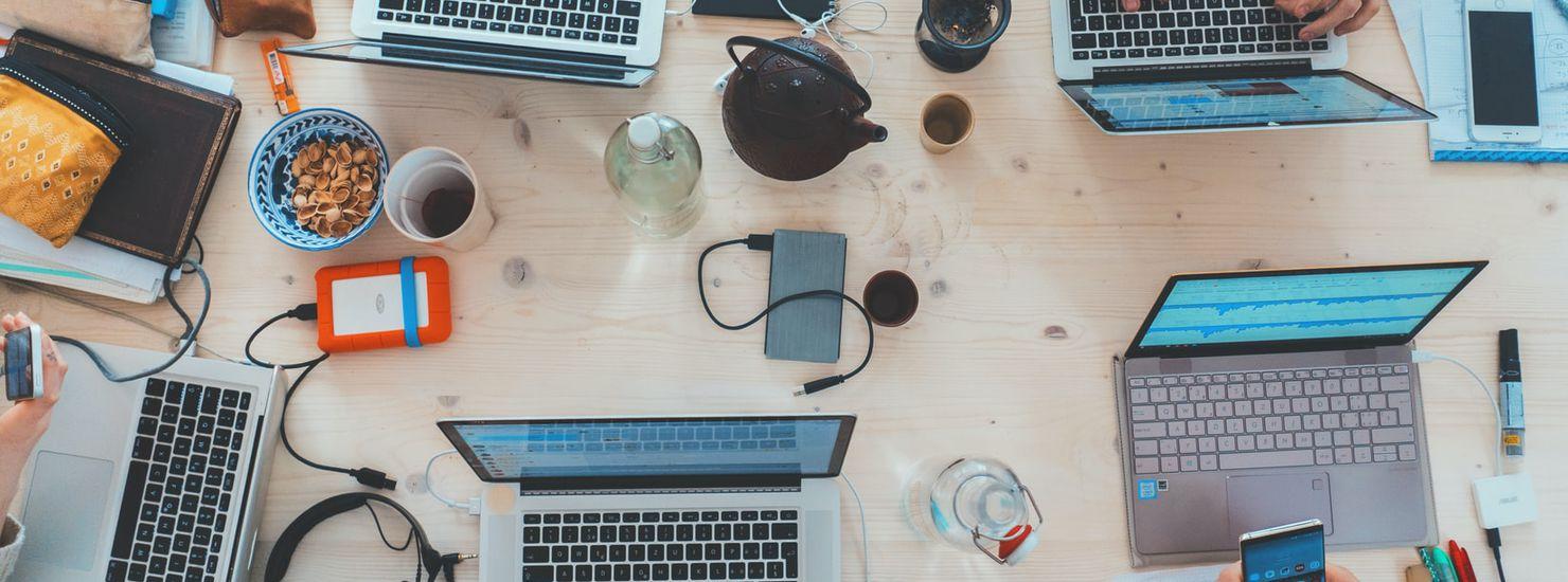 bureau avec ordinateurs, casques..