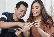 Deux personnes jouant à des jeux vidéo sur leurs smartphones.