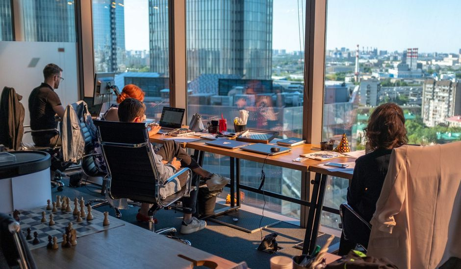 Des employés travaillant en openspace