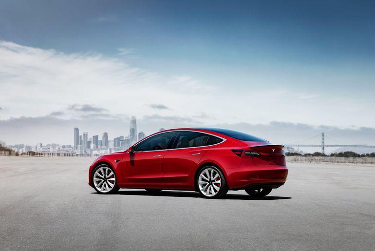 L'autopilot d'une Tesla Model 3 reprend le contrôle en plein dérapage sur du verglas.