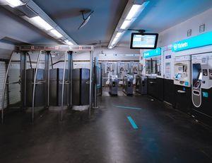 L'entée d'une station de métro de la RATP vide