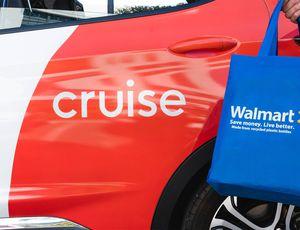 Un sac Walmart devant une voiture Cruise.
