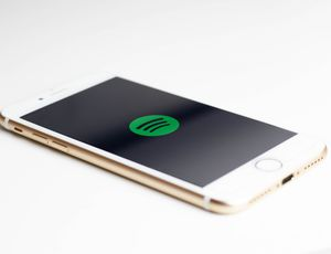 Un smartphone qui lance Spotify, l'application de streaming musical