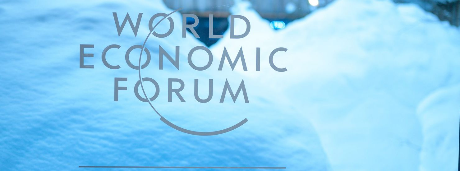 Le logo du World Economic Forum inscrit sur une vitre