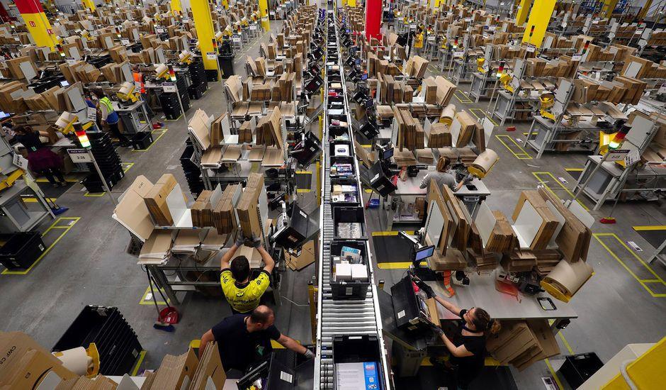 Des employés d'Amazon travaillent dans un entrepôt.