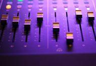 Une table de mixage pour changer le son.