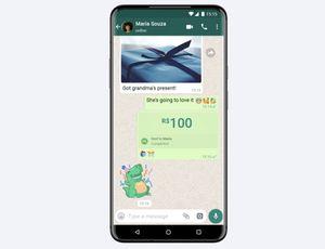 Un smartphone avec la capture d'écran d'un paiement sur WhatsApp.