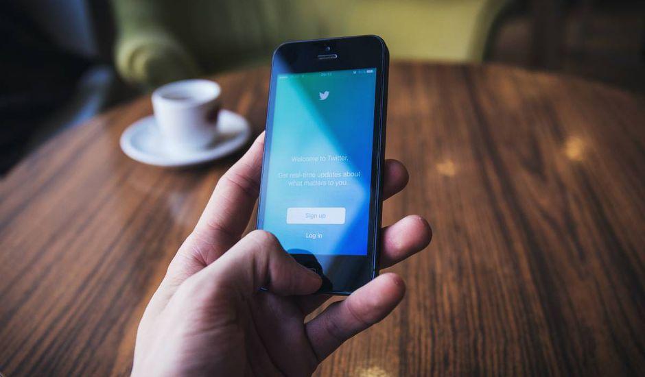 Un iPhone 4 est ouvert sur l'application Twitter
