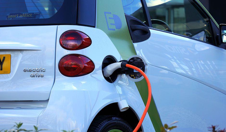 Voitures électriques : les parkings publics devront obligatoirement s'équiper de bornes de recharge