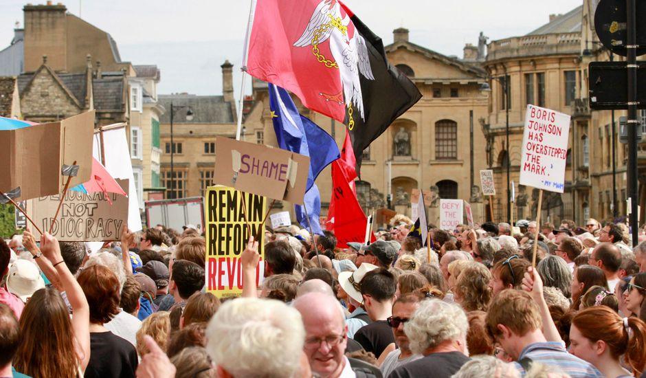 Manifestation contre le Premier ministre Boris Johnson à Oxford devant le Balliol College où il a fait ses études