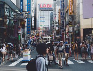 Aperçu de japonais marchant dans la rue.