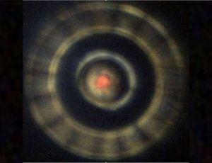 Echantillon d'hydrogène dans une enclume toroïdale vers 300 GPa, éclairé par le faisceau IR-visible du synchrotron.
