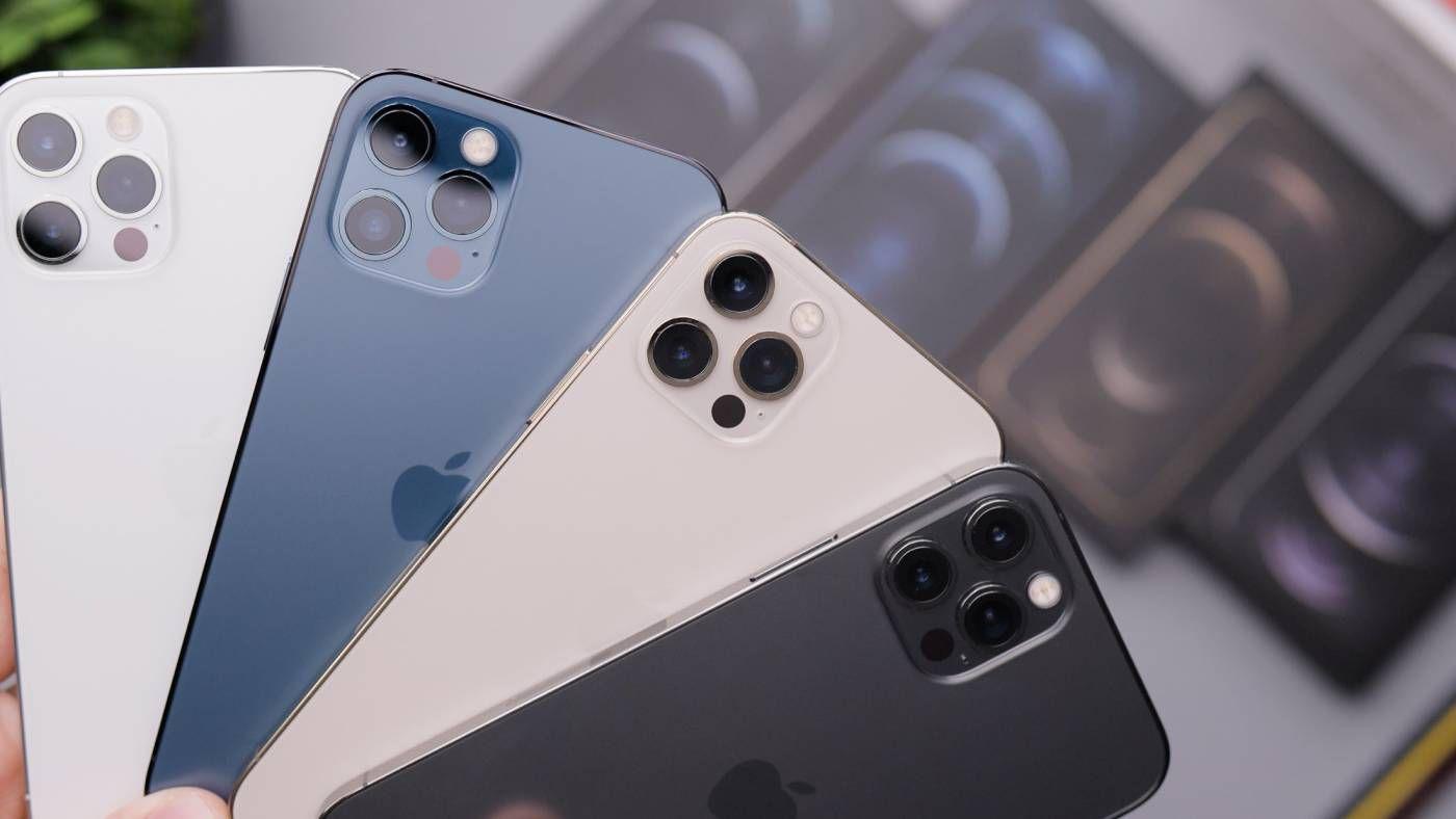 Des iPhone 12 Pro de différentes couleurs.
