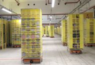 robots qui se déplacent dans le nouveau centre Amazon à Bretigny