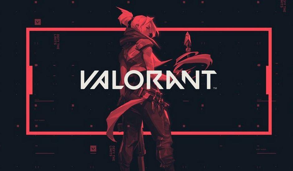 Un personnage de Valorant se tient de dos sur un fond noir avec un encadré rouge.